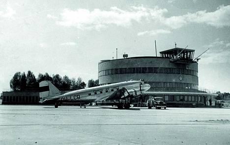 Malmin lentoasema on ehdolla Suomen uhanalaisimmaksi kulttuuriperintökohteeksi. Kuva vuodelta 1950.