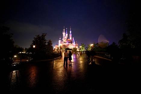 Kiinan Shanghaissa avattiin tällä viikolla Disneyn lomakohde. Ihmiset kävivät ihailemassa paikkaa kolmipäiväisissä avajaisissa.