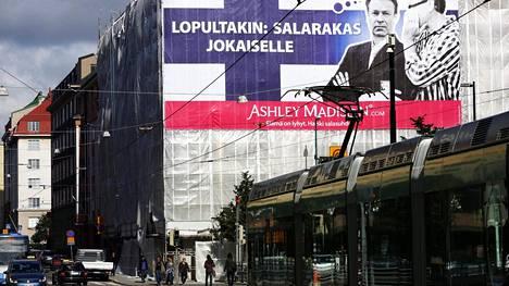 Pettämissivusto aiheutti vuonna 2012 Suomessakin pienimuotoisen skandaalin, kun sen jättimäisessä mainoksessa Helsingin keskustassa käytettiin luvatta kansanedustaja Ilkka Kanervan (kok) kuvaa.