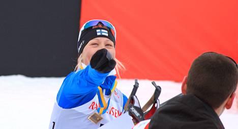 Anne Kyllönen viskasi palkintojenjaossa saamansa kukkapuskan riehakkaasti katsomoon.