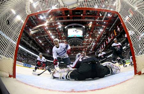 Slovakian maalivahti Jan Laco ei saanut Ranskan maalia torjuttua Minskissä maanantaina. Ranska voitti ottelun 5-3.