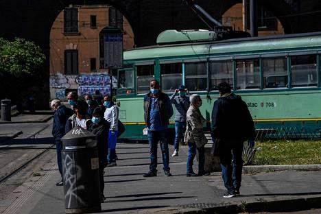 Roomalaiset odottivat pysäkillä raiviovaunuja Porta Maggioressa maanantaiaamuna.
