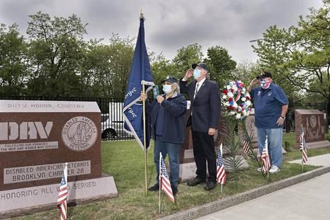 Daniel Friedman (oik.) teki kunniaa Vietnamin sodassa kaatuneiden muistomerkillä.