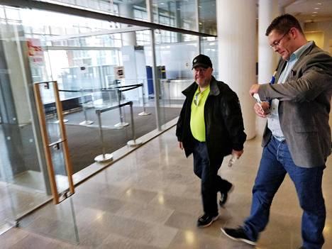 Ilja Janitskin poistui Helsingin käräjäoikeudesta heti vapauttamispäätöksen jälkeen. Hän sai oikeustalon aulassa tukijaltaan viinapullon.