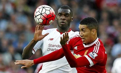 Manchester Unitedin Chris Smalling (oik.) taisteli pallosta Liverpoolin Christian Benteken kanssa Valioliigan ottelussa.