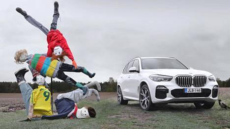 Uuden X5:n keulailme on varsin aggressiivinen. BMW:n tunnusomaiset munuaiset ovat suuremmat kuin koskaan. Kesän HS-koeajojen variksenpelätinsarjan kuva 9/13.