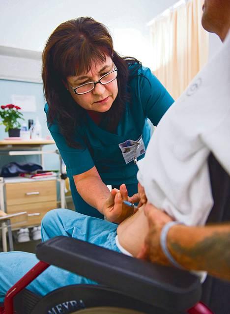 """Taannoin sairaanhoitajaksi opiskellut Anne-Maija Tolsa ei ole katunut päivääkään alan vaihtoa. Hän arvelee, että turhautumista aiheuttaa eniten kiire. """"Jos esimerkiksi joku sairastuu, eikä saada sijaista."""" Helsingin Laakson sairaalan kuntoutusosastolla oli tiistaina rauhallista."""