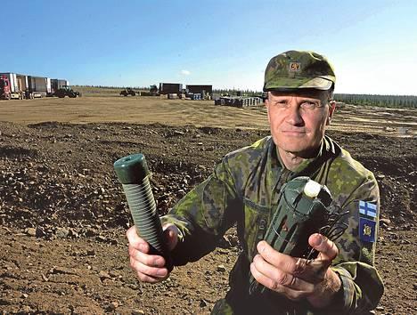 Everstiluutnantti Lasse Raassina näyttää, mitä tiistaina tuhotaan. Kuvassa vasemmalla on putkimiina M68, oikealla putkimiina M43.