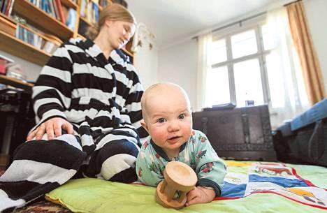 Sirpa Riuttala leikkii puolivuotiaan Regina-tyttärensä kanssa Vallilan-kodissa.