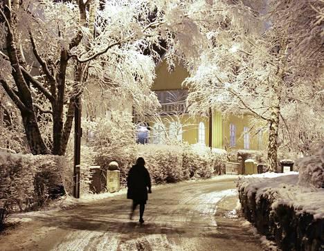 Luminen katunäkymä Helsingin Käpylässä joulukuun alussa 2017.