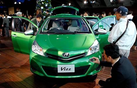 Toyota markkinoi uusinta Vitz-mallia Yokohamassa vuonna 2010.