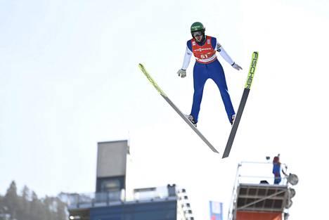 Ilkka Herola hyppäsi joukkuekisan mäkiosuudella 101,5 metriä. Kuva henkilökohtaisesta kilpailusta perjantailta.