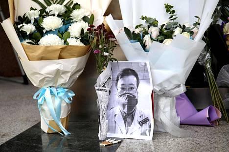 Ihmiset muistivat koronavirukseen menehtynyttä Li Wenliangiä Hubeissa, Wuhanissa perjantaina.