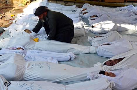 SYYRIAN JULMA SOTA. Syyrian sisällissodan uhreiksi on joutunut miljoonittain siviilejä. Osa on joutunut pakenemaan kodeistaan tai maastaan, ja monet ovat joutuneet sodan osapuolten taistelujen kärsijöiksi. Syyrian hallintoa on syytetty jopa kaasuaseen käytöstä. Kuvassa epäillyn kaasuhyökkäyksen uhreja Ghoutan alueella Damaskoksessa elokuussa 2013.