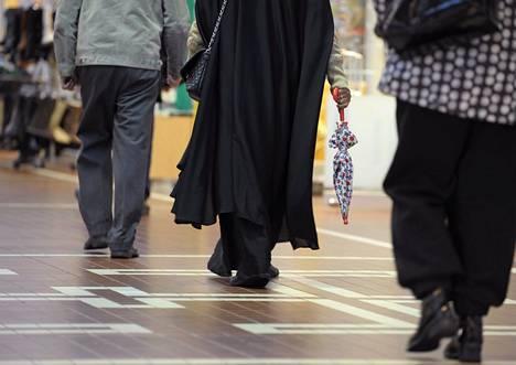 Ihmisiä kävelyllä kauppakeskus Itiksessä ennen koronavirusepidemian puhkeamista.