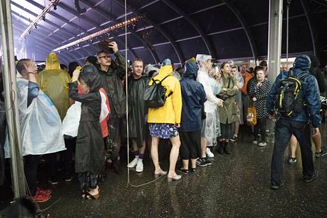 Flow'n festivaalivieraat siirtyivät sateelta pakoon sisätiloihin.