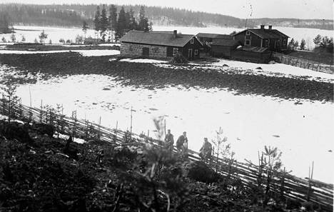 Savon rintamalla taisteltiin yhä 20. huhtikuuta 1918. Kuvassa Rantalan talo Kinninkylässä. Järven takana olivat punaisten asemat.