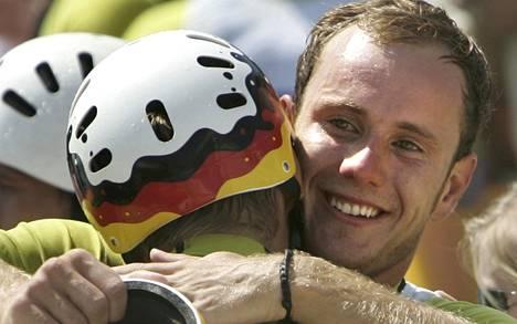 Stefan Henze juhli olympiahopeaa vuonna 2004.