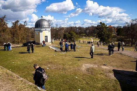 Vappua vietettiin selvästi totuttua hiljaisemmin Helsingin Kaivopuistossa. Husin diagnostiikkajohtaja Lasse Lehtosen mukaan vapunpäivänä Hus-alueella käytiin testeissä suunnilleen yhtä paljon kuin tavallisena lauantaina.