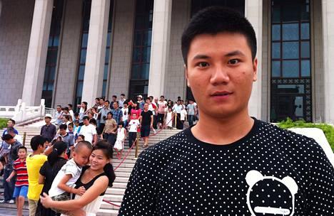 Opiskelija Li Jiaju kertoo saaneensa taistelutahtoa Kiinan edesmenneeltä johtajalta Mao Tsetungilta. Li vieraili Maon mausoleumissa Pekingissä.