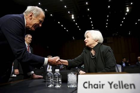 Yhdysvaltojen keskuspankin pääjohtaja Janet Yellen (oik.) vihjasi joulukuun alussa kongressin kuulemisessa rahapolitiikan kiristämisestä. Pääjohtajaa tervehti senaattori Daniel Coats, joka toimi kuulemisen puheenjohtajana.