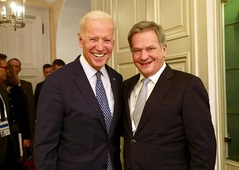 Tasavallan presidentti Sauli Niinistö tapasi Yhdysvaltain entisen varapresidentti Joe Bidenin (vas.) Münchenin turvallisuuskonferenssissa Saksassa lauantaina.