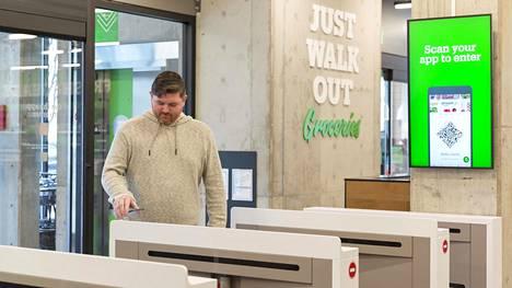 Amazon Go -myymälöitten asiakkaat skannaavat puhelinsovelluksen tullessaan sisään. Kuva on Seattlesta Yhdysvalloista viime vuodelta.