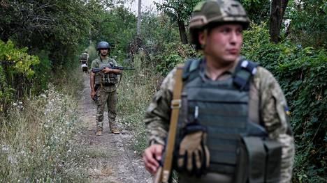 Itä-Ukrainassa on sodittu vuodesta 2014 lähtien. Synkimpien epäilyjen mukaan Venäjä etsii nyt Krimilläkin verukkeita uusiin sotatoimiin – tosin enemmistö tarkkailijoista ei pidä tätä teoriaa todennäköisenä. Etulinjassa olevat ukrainalaissotilaat kuvattiin keskiviikkona Donetskissa.