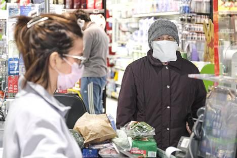 Italian Padovassa sijaitsevassa kaupassa 25. maaliskuuta sekä asiakkaat että henkilökunta suosivat kasvomaskeja.