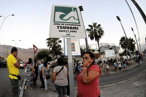 Ihmiset odottivat turva-alueella mahdollisen hyökyaallon varalta Iquiquessä sunnuntaina.