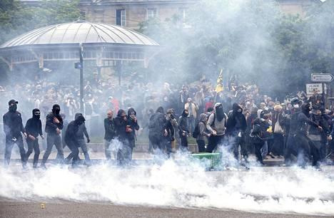 Ilma oli sakeana kyynelkaasusta, kun mielenosoittajat ottivat yhteen poliisin kanssa torstaina Pariisissa.