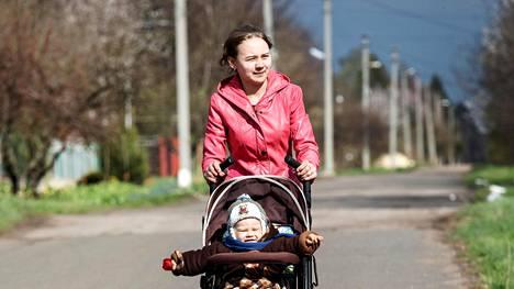 Olga Mirošnitšenko työntää puolitoistavuotiasta Timur-poikaansa poispäin rintamalinjasta Slovjanskinkadulla Itä-Ukrainassa.