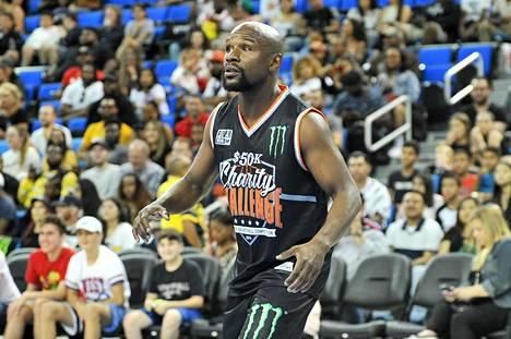 Floyd Mayweather jr. osallistui koripallon hyväntekeväisyysotteluun maanantaina.