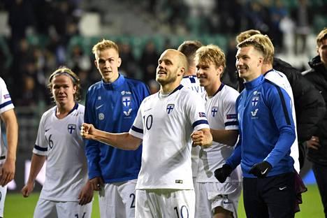 Suomen voittomaalin tekijä Teemu Pukki juhli joukkuekavereidensa kanssa voittoa kannattajien edessä ottelun jälkeen.