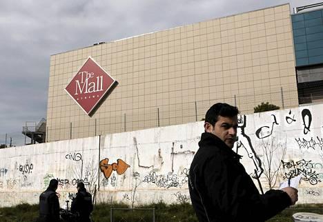 Poliisit vartioivat Ateenassa ostoskeskusta, jossa räjähti pommi sunnuntaiaamuna.
