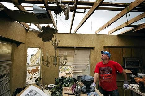Sean Freeland auttoi ystäväänsä löytämään pelastettavaa tavaraa tämän pyörremyrskyn tuhoamasta kodista Mooressa.