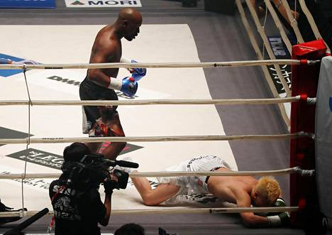 Potkunyrkkeilytähti Tenshin Nasukawa putosi kanveesiin ensimmäisen kerran minuutin kuluttua ottelun alkamisesta.