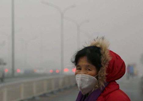 Kiinalaisnainen suojautui ilmansaasteita vastaan hengityssuojaimella Pekingissä joulukuussa 2015.