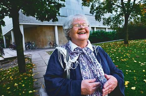 Virpi Kaartinen on käynyt joka päivä Töölön kirjastossa. Nyt hän muuttaa Jyväskylään, vanhojen ystävien lähelle, uuteen kerrostaloon, josta saa kaikki palvelut.