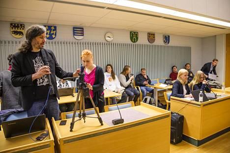Toimittaja Johanna Vehkoo (oik.), hänen asianajajansa Martina Kronström ja kaupunginvaltuutettu Junes Lokka (vas.), joka kuvasi ennen istunnon alkamista Oulun käräjäoikeudessa 20. maaliskuuta 2019.