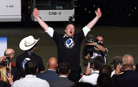 Elon Musk juhli avaruusraketin onnistunutta laukaisua lauantaina.