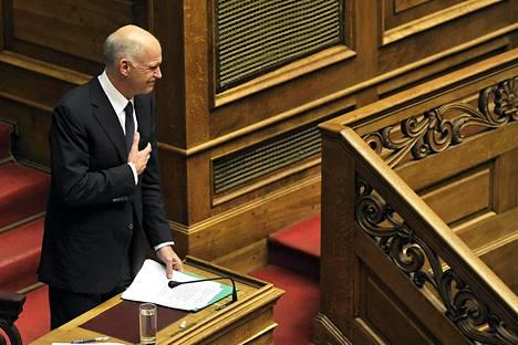 Georgios Papandreou torstaisen puheensa jälkeen.