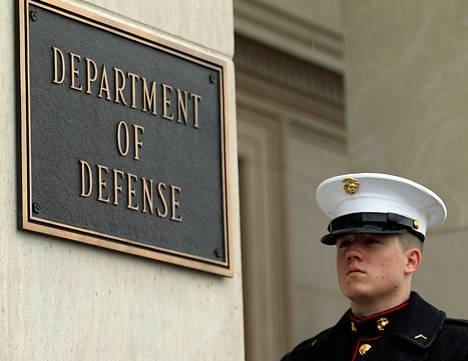 Merijalkaväen sotilas seisoi vartiossa Pentagonin edessä.