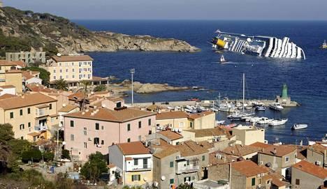 HAAKSIRIKKOUTUNUT LOISTORISTEILIJÄ. Tammikuun 14. päivänä 2012 loistoristeilijä Costa Concordia törmäsi italialaiseen Giglion saareen ja jäi makaamaan vuosiksi saaren rantamatalikolle.
