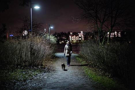 Töölössä asuva, Max-koiraa Hesperian puistossa maanantaina ulkoiluttanut Noora Altmets oli juuri kuullut epäillystä raiskauksesta mieheltään tekstiviestitse.