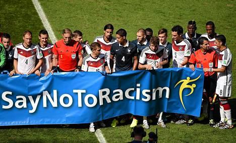 Ranskan ja Saksan pelaajat osallistuivat Fifan rasismia vastustavaan kampanjaan ennen MM-puolivälierää.