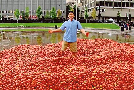 Juontaja Yul Kwon kahlaa tomaattikasassa Nevadassa.