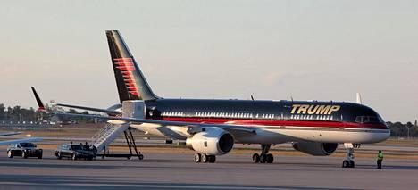 Donald Trumpin Boeing 757 odotti lähtöä Palm Beachin lentokentällä tammikuussa 2012. Trump oli ostanut lentokoneensa edellisenä vuonna.
