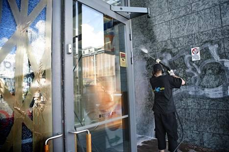 Töhryjen poistamista Helsingissä vuonna 2006. Vuosina 1998-2008 käynnissä ollut Stop töhryille -projekti pyrki muun muassa runsaan vartioinnin ja ripeän puhdistamisen avulla hävittämään tagit ja graffitit lopullisesti Helsingin katukuvasta.