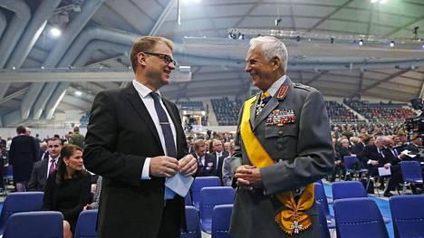 Pääministeri Juha Sipilä ja Puolustusvoimain entinen komentaja kenraali Gustav Hägglund kansallisen veteraanipäivän valtakunnallisessa päätapahtumassa Ouluhallissa keskiviikkona.
